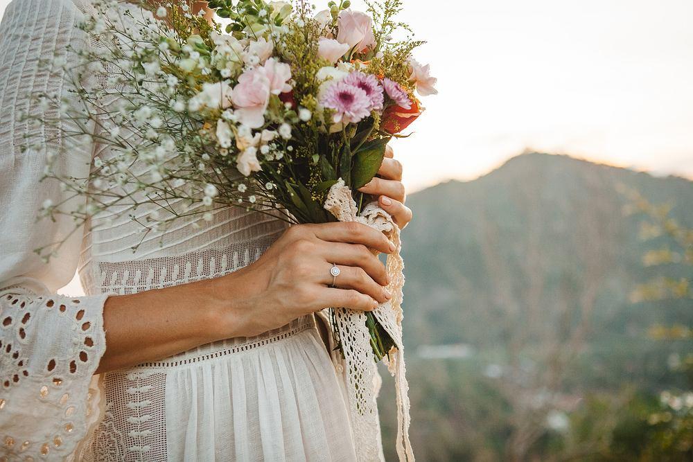 Suknia ślubna boho- jak dobrać suknię do sylwetki i klimatu wesela? Zdjęcie ilustracyjne