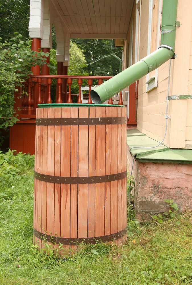 Beczka, czyli ozdoba i funkcjonalny pojemnik na wodę w jednym. Zdjęcie ilustracyjne