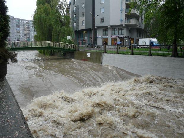 Wezbrana rzeka Biała w Bielsku-Białej