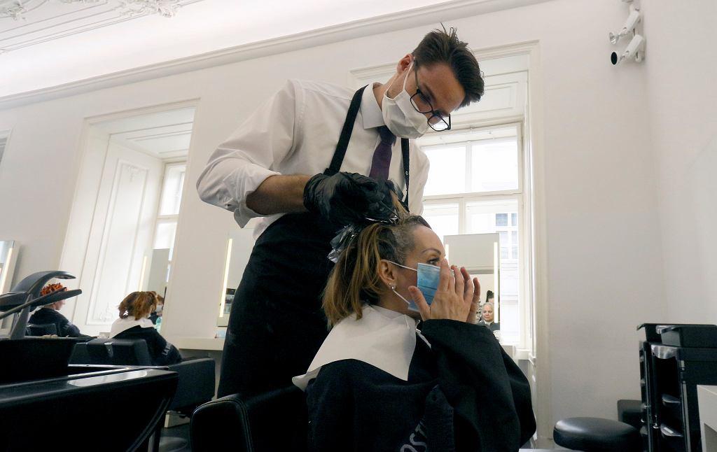 W Austrii fryzjerzy wrócili do pracy w sobotę. Na zdjęciu: jeden z salonów w Wiedniu