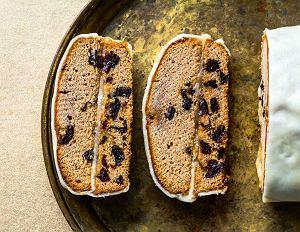 Piernik kawowy przekładany marcepanem i powidłami, obłożony marcepanem