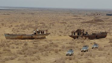 Jeepy przemierzają pustynię, kiedyś było tu Jezioro Aralskie