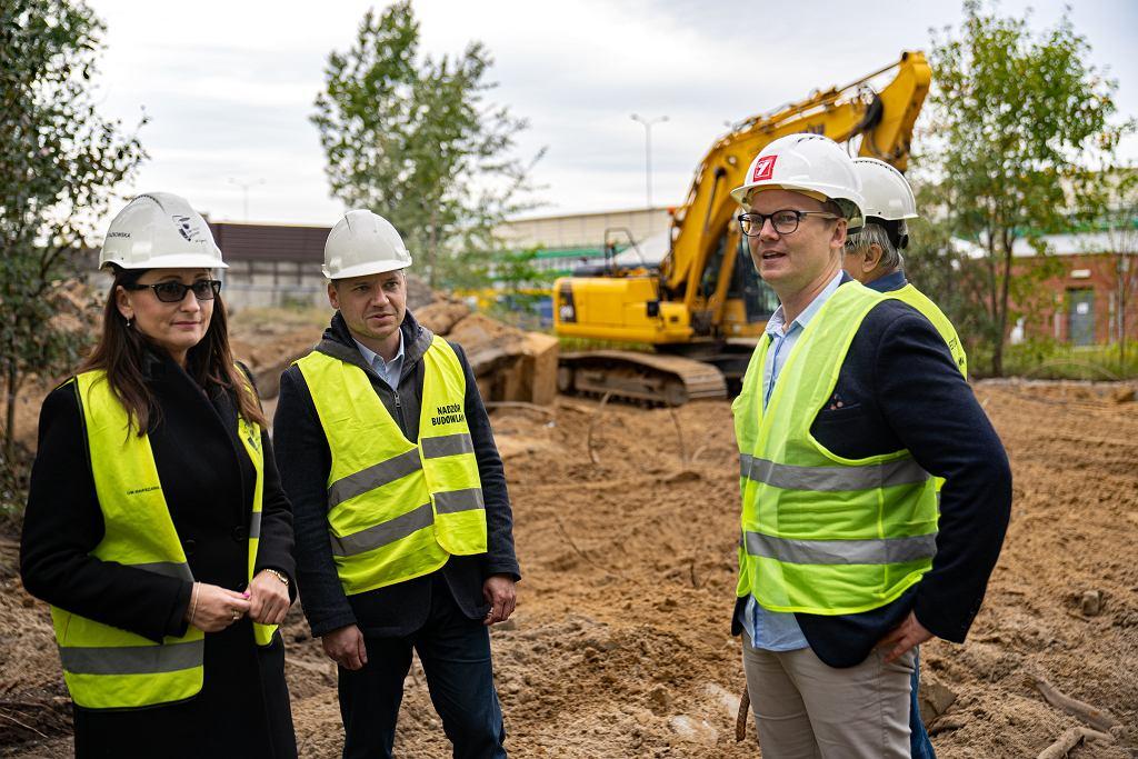 Wiceprezydent Warszawy Renata Kaznowska (z lewej) na na budowie nowego stadionu Hutnika Warszawa przy Marymockiej