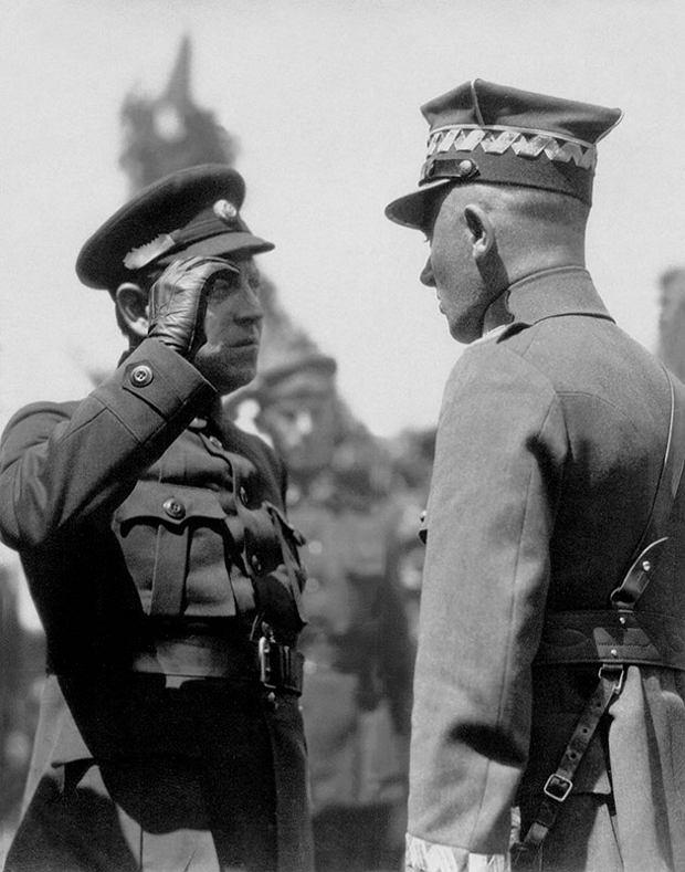 Ataman Symon Petlura (z lewej) z gen. Edwardem Rydzem-Śmigłym, Kijów, 10 maja 1920 r.