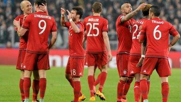 Robert Lewandowski cieszy się z gola Arjena Robbena