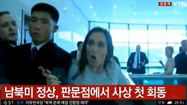 Rzeczniczka Białego Domu Stephanie Grisham przeciska się między północnokoreańskimi ochroniarzami