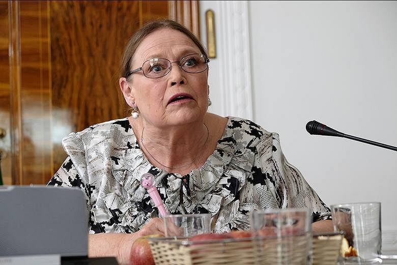 Iwona Bielska jako posłanka Piotrowicz - 'Polityka', reż. Patryk Vega