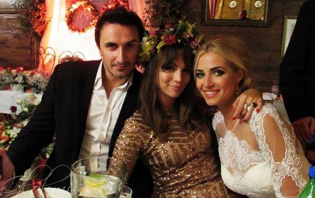 Sebastian Karpiel-Bułecka, Paulina Krupińska i Rozalia Mancewicz na jej weselu