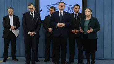 Członkowie parlamentarnego zespołu eurorealistycznego podczas inaugurującej jego działalność konferencji prasowej w Sejmie