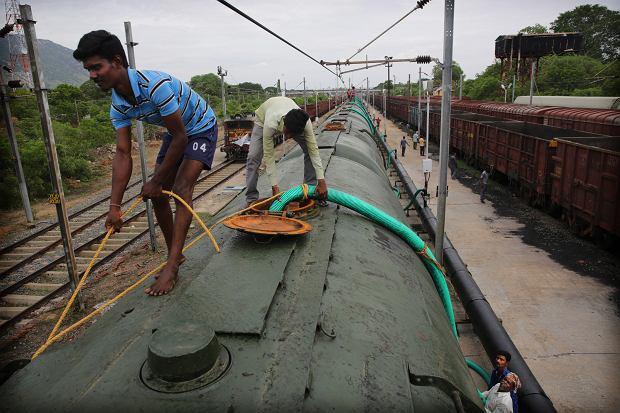 Indie. Pociąg z dostawą wody do miasta Chennai