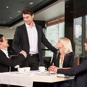 Wyskakujesz ze znajomymi z biura na kawę czy lunch, siadasz przy stoliku i przychodzi... szef