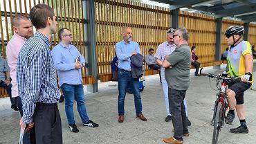 Paweł Silbert (w środku), prezydent Jaworzna, z uczestnikami spaceru zorganizowanego w ramach Miast Idei
