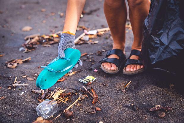 Wolontariuszka sprząta plażę na Bali / Fot. Justyna Sobesta/Shutterstock.com