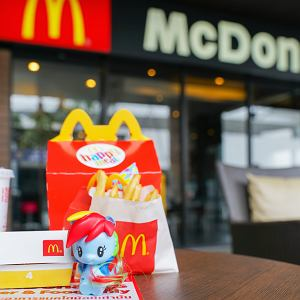 McDonald's: Nie będzie plastikowych zabawek Happy Meal. Skąd ta decyzja?