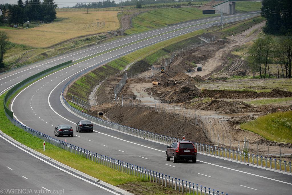 Prawie 2 mld zł zamierza pożyczyć rząd, aby opłacić ekstra wydatki na dokończenie zerwanych w tym roku kontraktów na nowe autostrady i drogi ekspresowe. Na zdjęciu: Nowo oddany do użytku odcinek ekspresówki S51 koło Olsztyna
