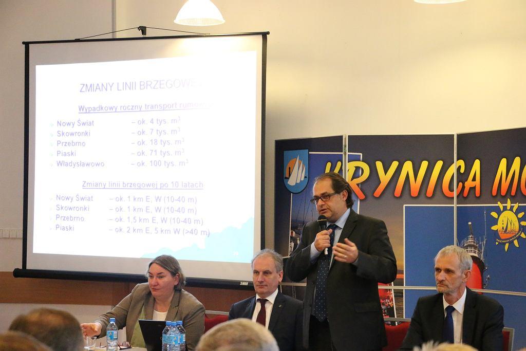 Marek Gróbarczyk, minister gospodarki morskiej i żeglugi śródlądowej w Krynicy Morskiej podczas spotkania z mieszkańcami