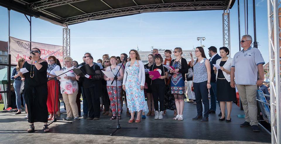 Chór Trójmiejskiej Akcji Kobiecej podczas manifestacji w obronie niezależności sądów na Placu Solidarności w Gdańsku