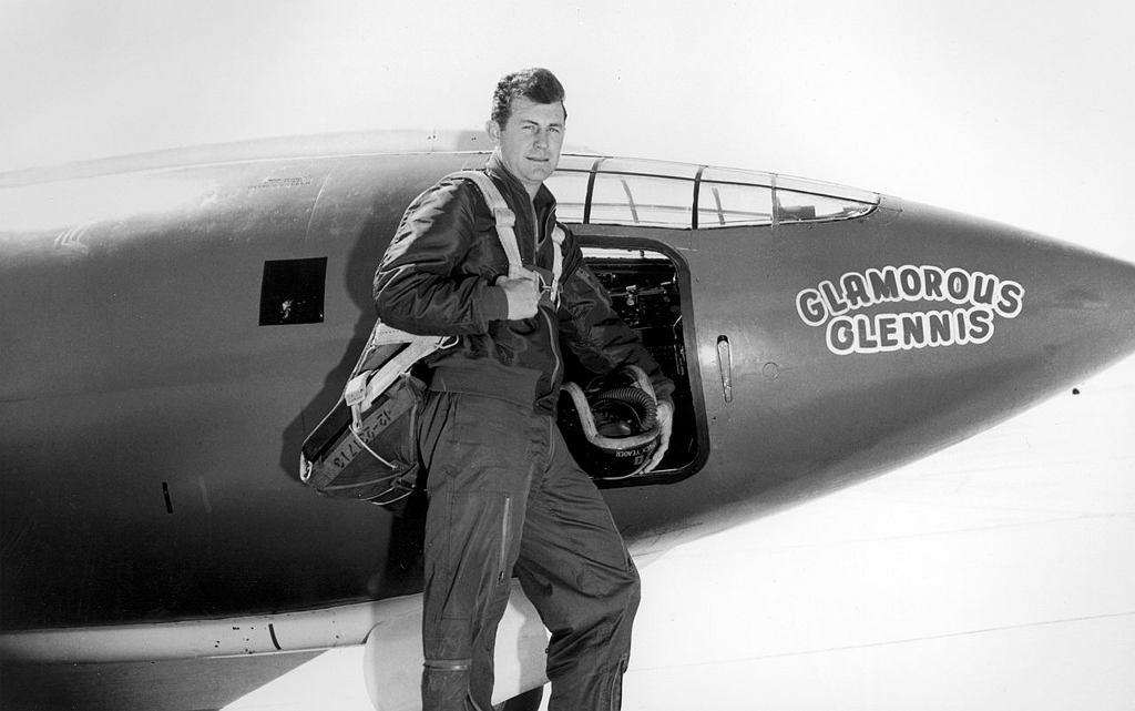 Chuck Yeager przed samolotem X-1 nazwanym na cześć jego żony 'Glamorous Glennis'