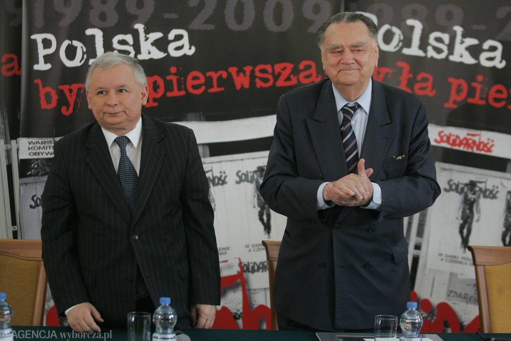 Prezes PiS Jarosław Kaczyński i były premier Jan Olszewski w 2009 roku