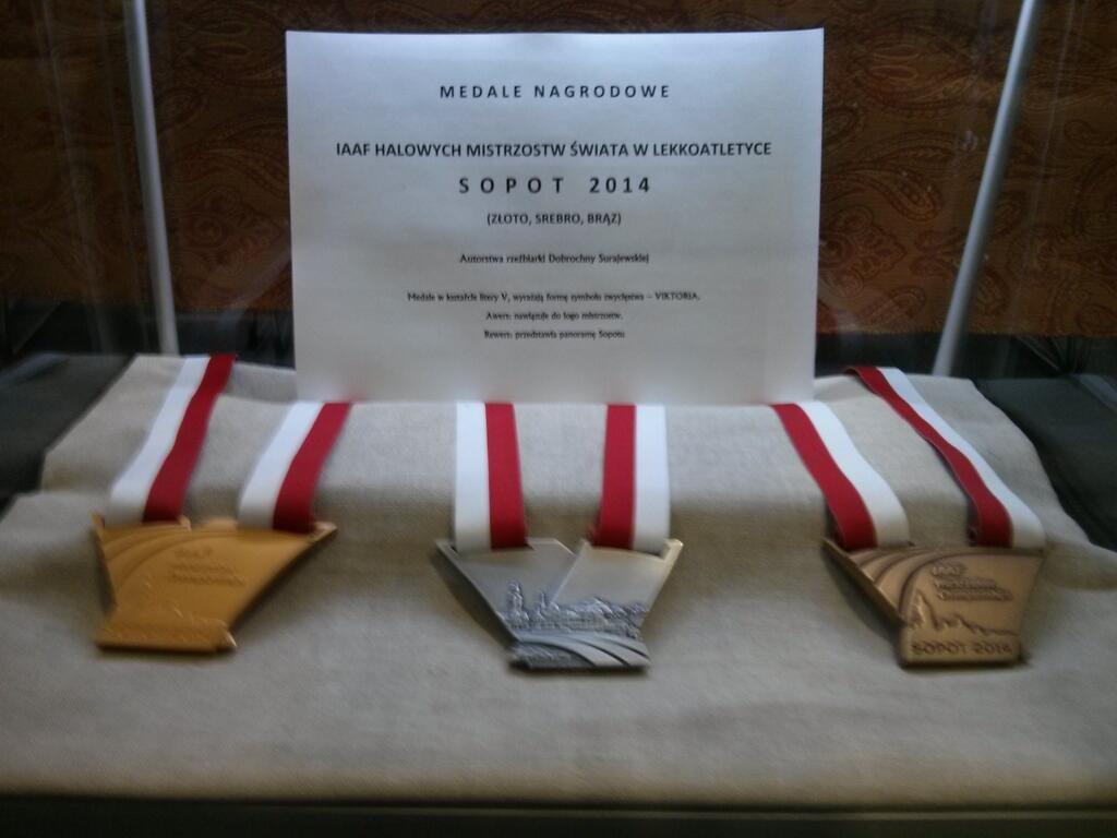 Kształt medali nawiązuje do symbolu zwycięstwa, również sportowego - dobrze znanego na całym świecie znaku Victoria. Medale zaprojektowała doświadczona medaliarka, sopocianka, Dobruchna Surajewska. Realizacja całego projektu trwała ponad 12 tygodni. Od lewej medal złoty, srebrny i brązowy. Medal o przekątnej 110 mm i grubości 6mm waży 200 gram.