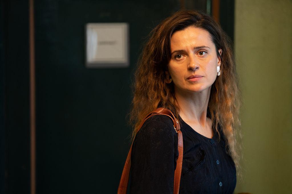Kadr z serialu 'W głębi lasu'. Agnieszka Grochowska jako wykładowczyni.