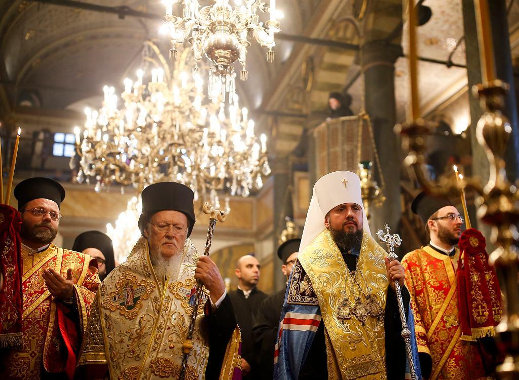 Patriarcha Konstantynopola Bartłomiej i metropolita Epifaniusz chwilę przed podpisaniem dekretu o autokefalii Prawosławnego Kościoła Ukrainy