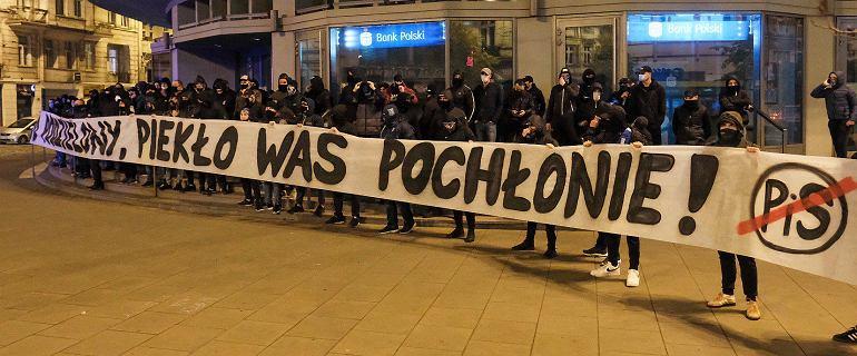 """Grupy kibiców włączyły się do protestów. """"Za naród podzielony, piekło was pochłonie"""""""