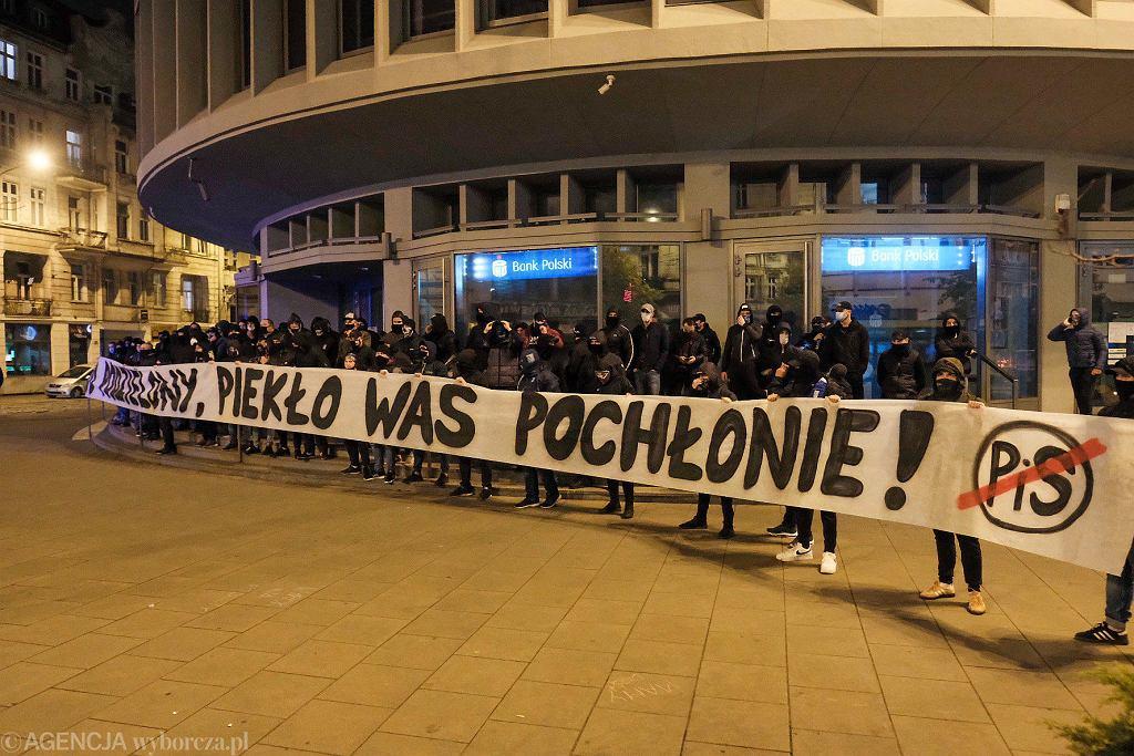 28 października 2020 r. Strajk kobiet. Kibole Lecha Poznań stanęli przy Okrąglaku z transparentem wymierzonym w PiS. W tym czasie druga grupa kiboli pilnowała kościoła przy ul. Fredry