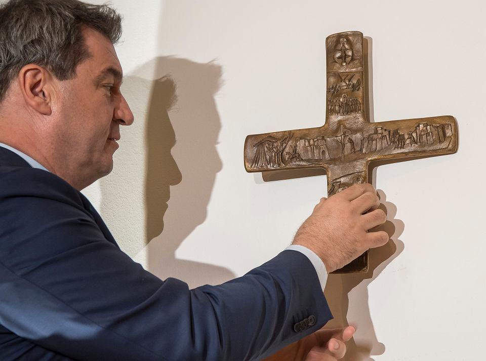 Premier Bawarii Markus Söder wiesza krzyż w swojej kancelarii. Monachium, 24 kwietnia 2018 r.