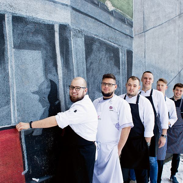 Jakub Hamankiewicz szef kuchni restauracji Affogato w Łodzi  wraz zespołem. Restauracja została wyróżniona dwoma czapkami żółtego przewodnika Gault&Millau
