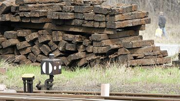 Podkłady kolejowe nasączone są rakotwórczym olejem kreozotowym (fot. Tomasz Fritz / Agencja Gazeta)
