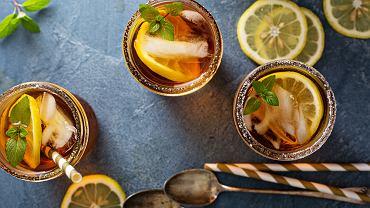 Domowa mrożona herbata (czyli ice tea) to świetny i tani sposób na ochłodę w upalne dni.