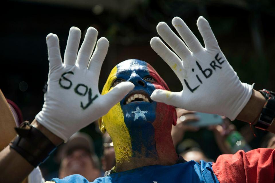 Wiec przeciwników prezydenta Nicolasa Maduro. Napis na rękawiczkach głosi: 'Jestem wolny'. Caracas, 2 lutego 2019 r.