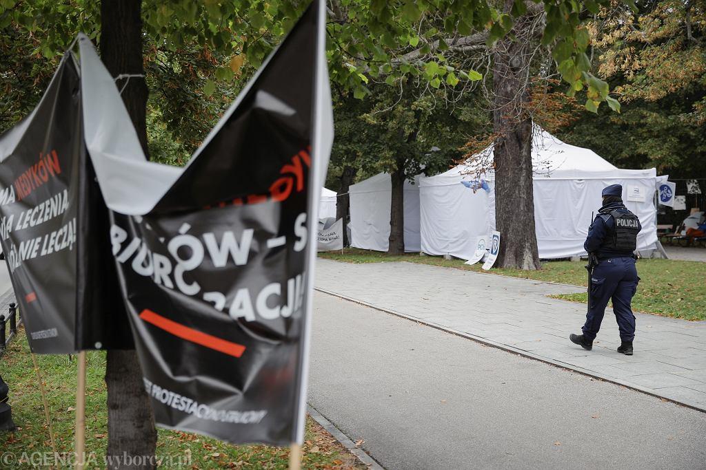 Puste Białe Miasteczko pod KPRM. Po samobójczej śmierci mężczyzny medycy zawiesili swój protest na dobę i zmieniają formułę na 'Cichy Dyżur'. Warszawa, 19 września 2021