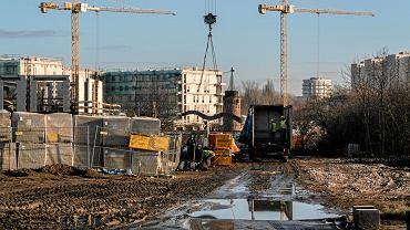 Mieszkania na Łacinie w Poznaniu w trakcie budowy (5.12.2019) - ul. Niemena, inwestycja Apartamenty Milczańska (deweloper Atal), w tle dawny wiatrak