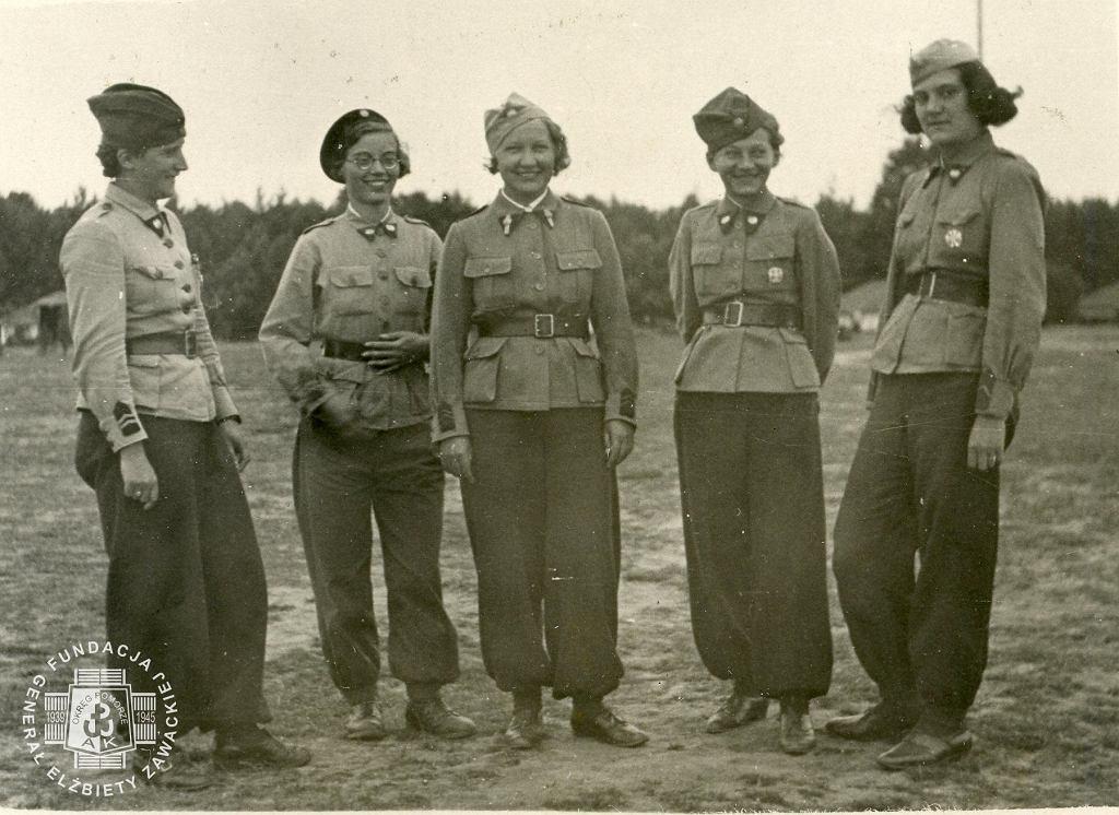 Elżbieta Zawacka (w środku) i komendantki plutonów, Garczyn 1939 r. (fot. ze zbiorów Fundacji Generał Elżbiety Zawackiej, www.zawacka.pl)