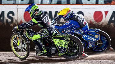 Żużlowy cykl Grand Prix w 2021 r. Bartosz Zmarzlik w żółtym kasku, a Rosjanin Artiom Łaguta w niebieskim
