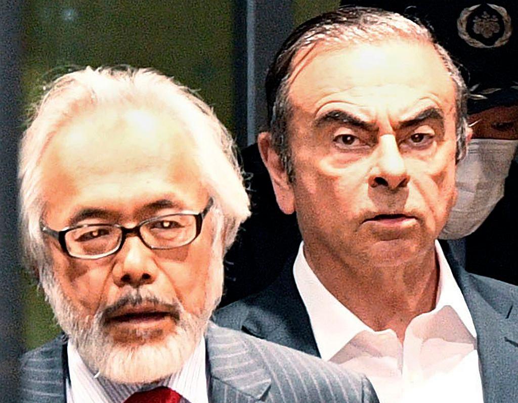Carlos Ghosn (z prawej) z jednym ze swoich prawników, Takashi Takano. Zdjęcie z kwietnia 2019 r.
