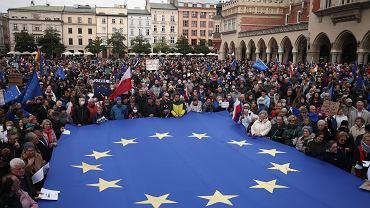 Manifestacja w obronie pozostania Polski w Unii Europejskiej. 'My zostajeMY', 10.10.2021, Kraków