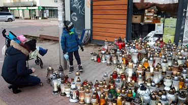 Znicze przed warzywniakiem, w którym zamordowano właściciela. Po kolejnym zabójstwie mieszkańcy chcą powołać straż sąsiedzką. Ząbki, 12 stycznia 2021