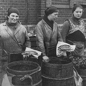 Kobiety sprzedające śledzie z beczek (Katowice, październik 1933 r.)
