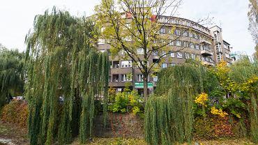 Alejami Sułkowskiego nazywa się w Bielsku-Białej południowo-wschodnią część Dolnego Przedmieścia położoną w zakolu płynącej przez miasto Białej. Obejmują ulice Bohaterów Warszawy, Grota-Roweckiego, Kołłątaja, Kunickiego i Wilsona. To tutaj w 1489 roku założone zostały ogrody zamkowe. W latach 30. XX wieku ogrody zlikwidowano, a w ich miejscu wybudowano modernistyczne, eleganckie osiedle mieszkaniowe. I choć Aleje Sułkowskiego oszpeciły budynki postawione tutaj po wojnie, jest to wciąż jedna z najładniejszych części miasta. Mimo położenia w samym centrum Bielska-Białej, w pobliżu zamku, Teatru Polskiego i ratusza, to bardzo spokojna i pełna zieleni okolica. W tej części miasta jest III Liceum Ogólnokształcące im. Stefana Żeromskiego. Szkoła ta powstała w 1951 roku. Charakterystyczną budowlą tej części miasta jest tzw. okrągły mostek nad Białą.