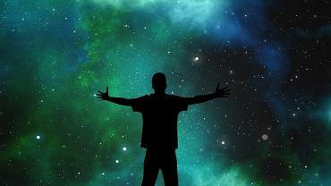 Postać na tle gwieździstego nieba. Zdjęcie ilustracyjne