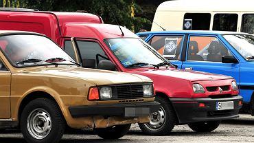 Polacy maja więcej aut niż na bogatym Zachodzie, ale większość z nich to starocie. Przeciętny wiek samochodu osobowego w Polsce wynosi 17,3 roku, a w statystyce sprzedaży nowych pojazdów jesteśmy na szarym końcu UE. Na ilustracji: 2 Rajd Gratów Bielskich, Czechowice-Dziedzice, 16 lipca 2016