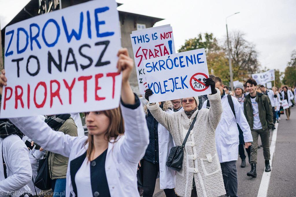 Rezydenci protestują w całej Polsce od początku października. Zaczęło się od głodówki. Potem zaczęli wypowiadać klauzulę 'opt-out', która pozwala im pracować dłużej niż przewidują obowiązujące normy.