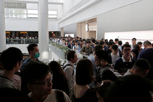 Kolejka klientów starających się kupić swój egzemplarz iPhone'a X w Apple Store w Hong Kongu