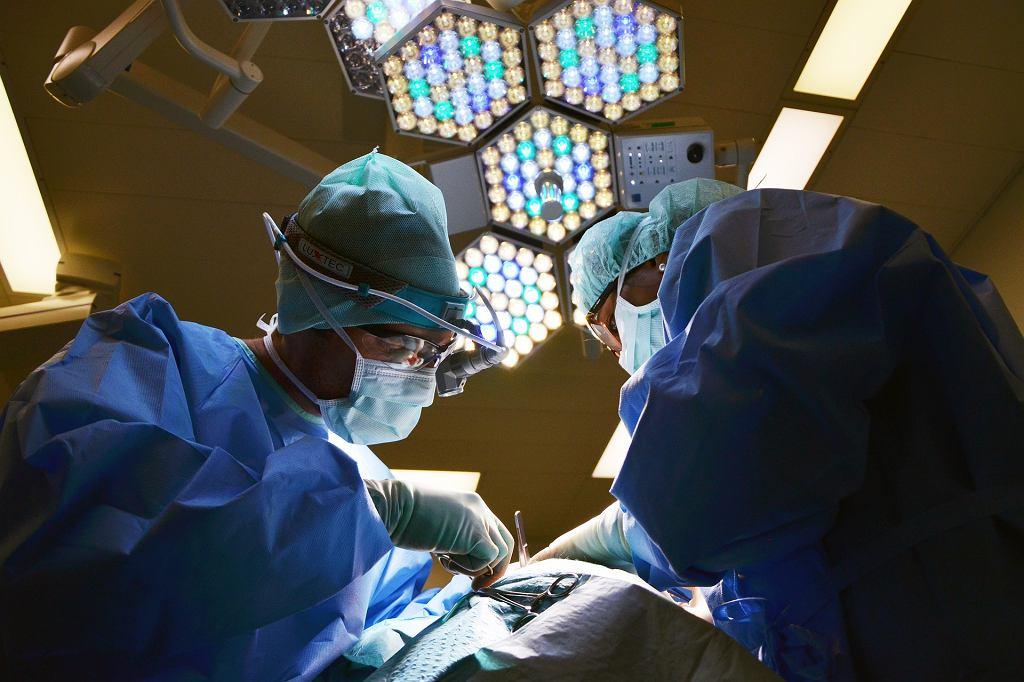 - Jest pan chyba w trakcie operacji. - Yes, sir. Lekarz stawił się na rozprawie sądowej online (zdjęcie ilustracyjne)
