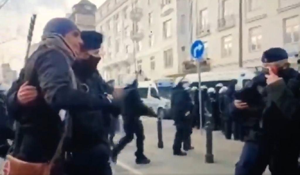 Policjant fotografujący się z Iwanem Komarenką