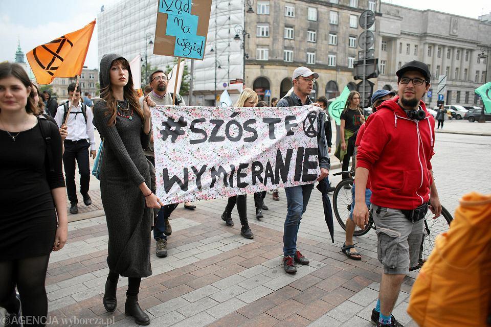 Protest zorganizowany w Warszawie przez ruch Extinction Rebellion i Młodzieżowy Strajk Klimatyczny  przeciwko bierności polskich władz w sprawie nadciągającej katastrofy klimatycznej i wielkiego wymierania gatunków