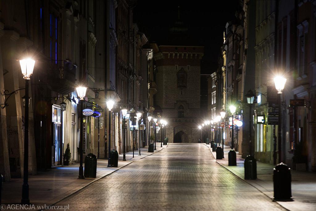 W nocy z wtorku na środę Kraków zatonął w ciemnościach. Zarząd Dróg zdecydował, że codziennie od północy do 4 rano będzie wyłączał wszystkie światła uliczne. Powód? Oszczędność 20 tys. zł każdej nocy, gdy nie świecą latarnie, i - jak przekonuje Michał Pyclik z ZDMK - racjonalność: - W nocy nie jeździ komunikacja zbiorowa, ludzie nie chodzą na przystanki, nie idą do pracy. Nie można wychodzić z domu, miasto śpi. Knajpy i restauracje są zamknięte, nie ma żadnego życia nocnego - wyliczał Pyclik w rozmowie z 'Wyborczą'. Pomysł nie był konsultowany z policją, a ta spodziewa się wzrostu włamań i kolizji. Na zdjęciu: ul. Floriańska przed wyłączeniem oświetlenia.